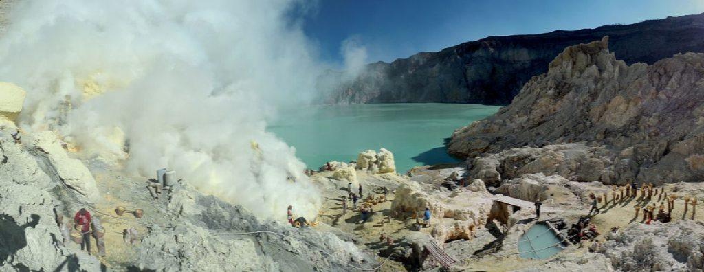 Sulfur_mining_in_Kawah_Ijen_-_Indonesia.Semhur